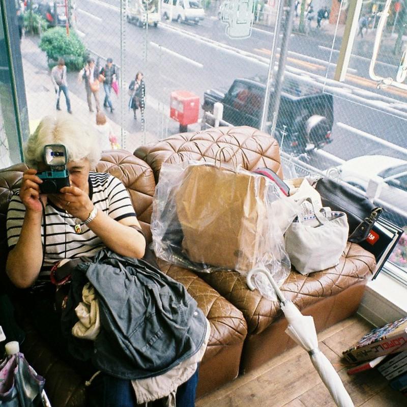 白い髪のカメラ女子