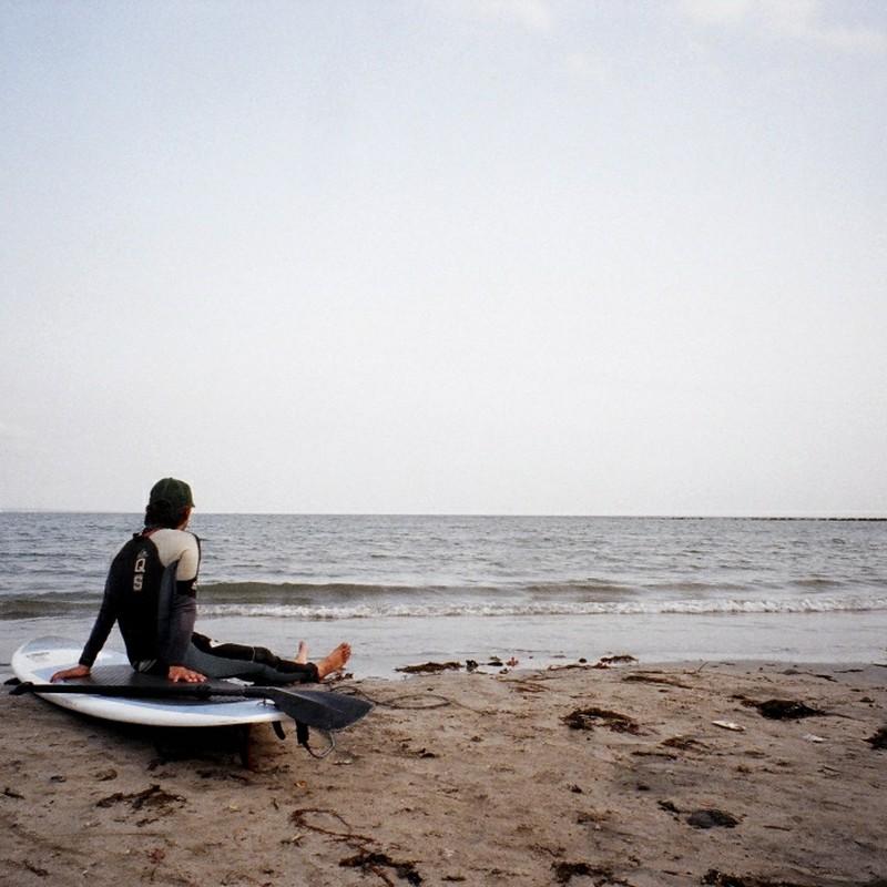 波を待つ人