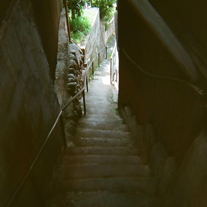 仄暗い階段の先は