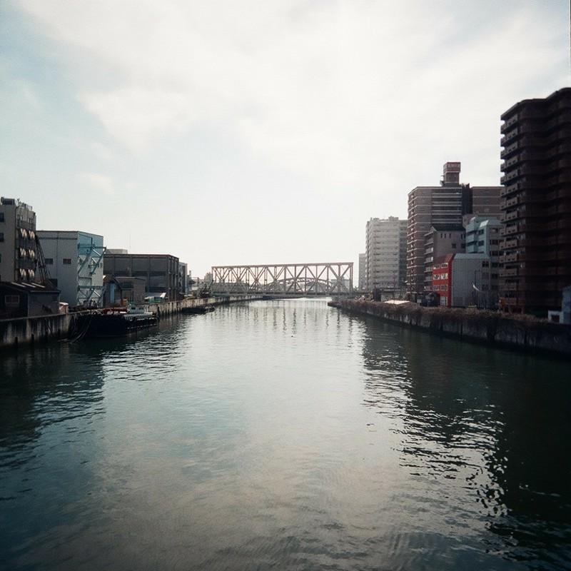 大空と鉄橋と運河と