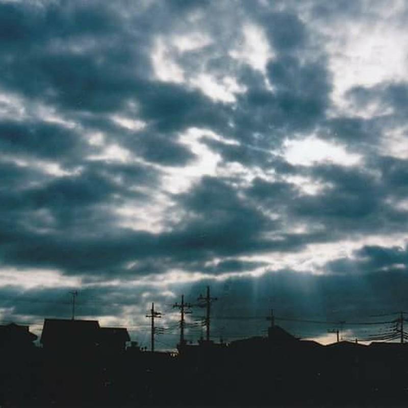 曇天に射し込む光