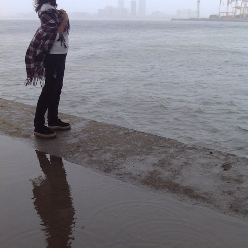台風の中、海を見に行く人。(良い子は真似しちゃいけません)