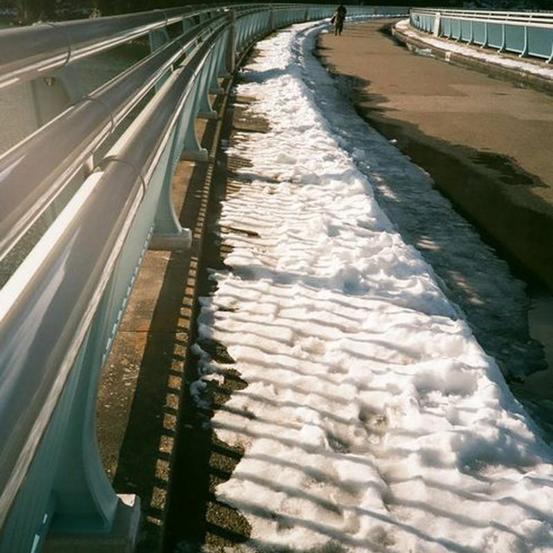 ダムの上の雪