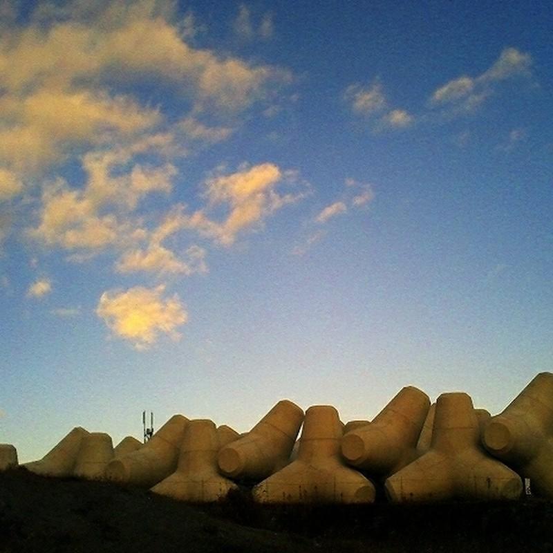 テトラポッドと雲