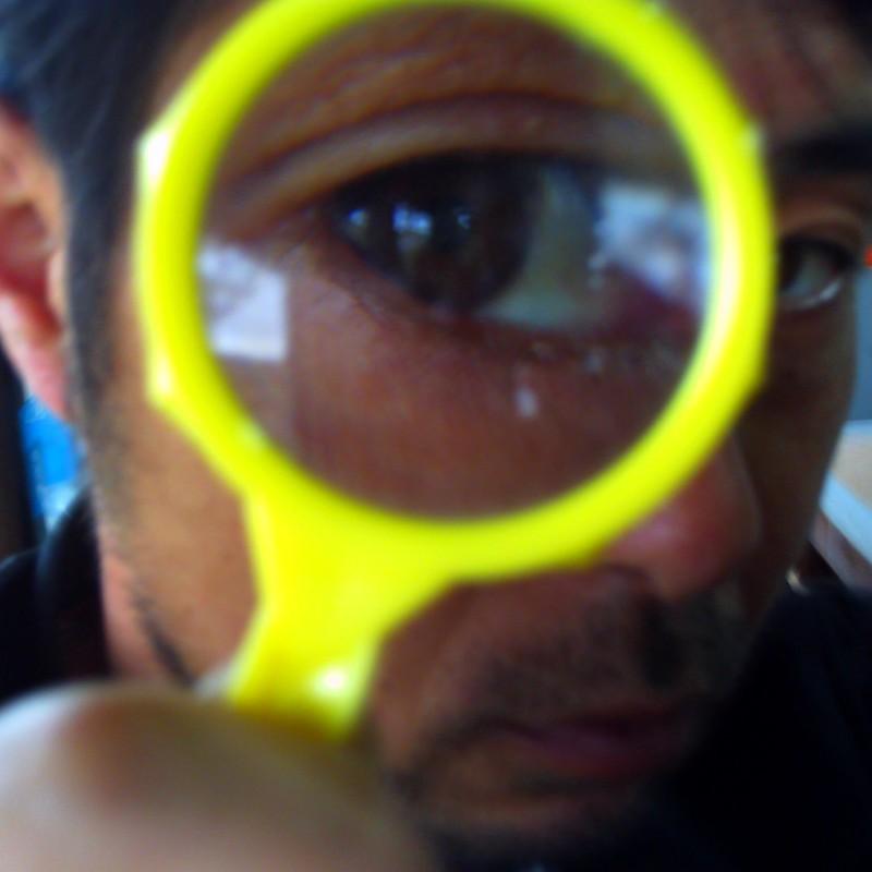 虫眼鏡で目力少々。