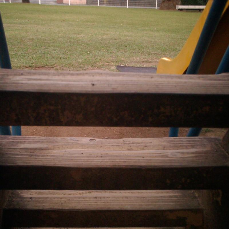滑り台の階段のむこう