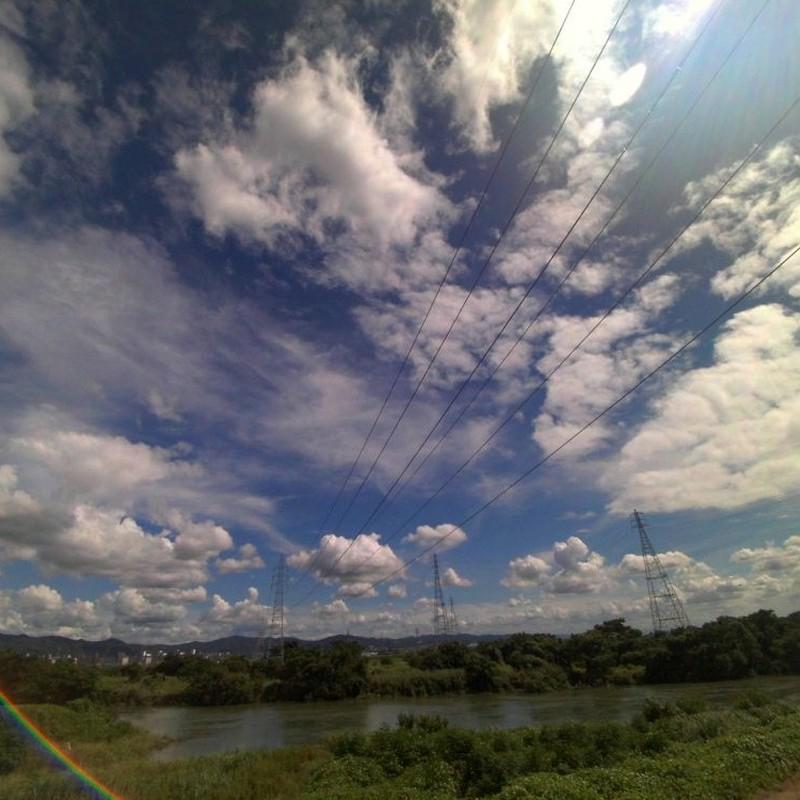 雲と鉄塔と少し虹。