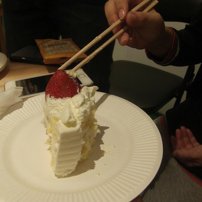 お箸でケーキ。