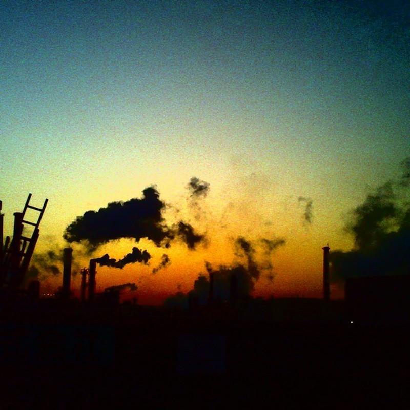 明けの工場地帯