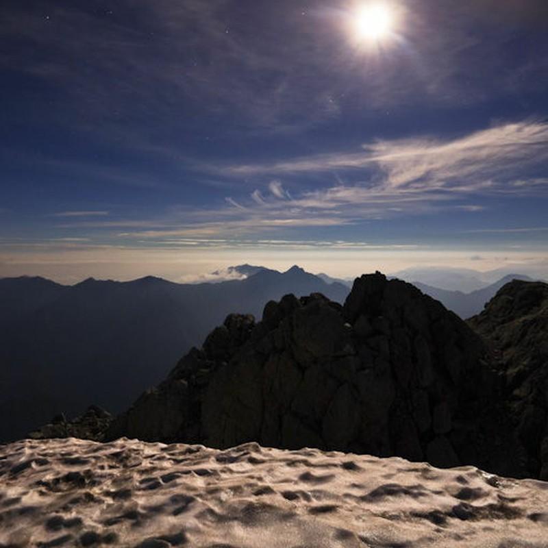 月明かりと 8 月の残雪