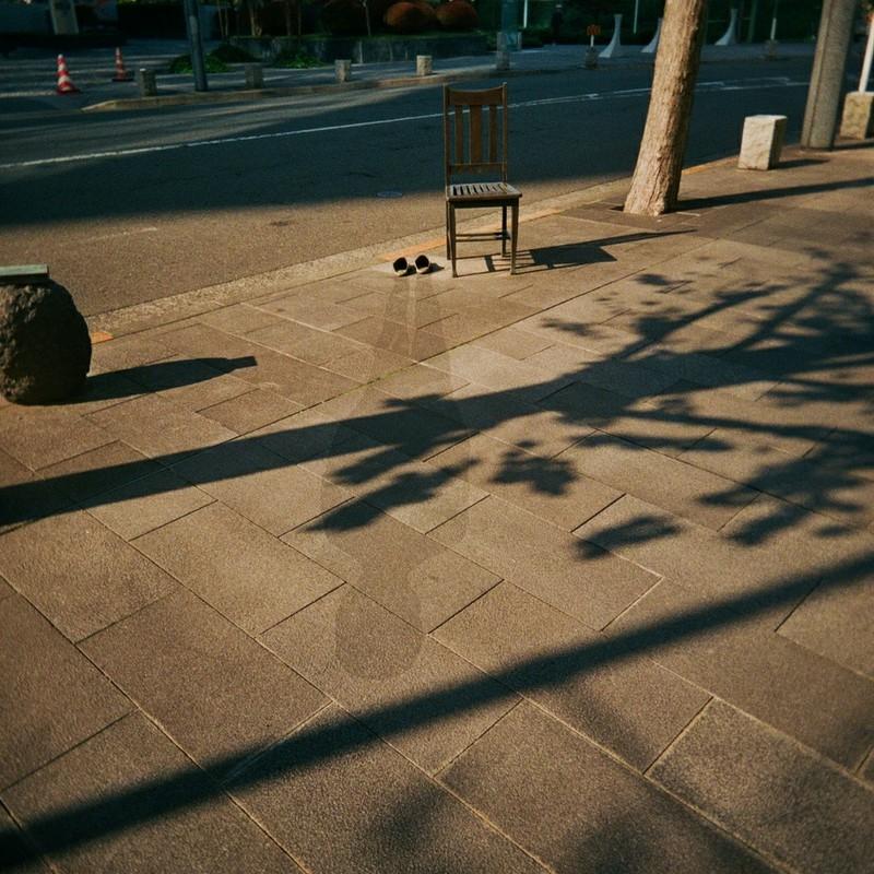 椅子とスリッパと人影