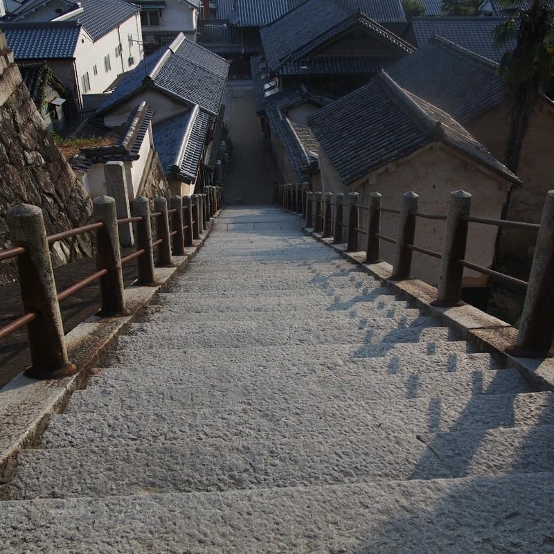 階段と瓦屋根