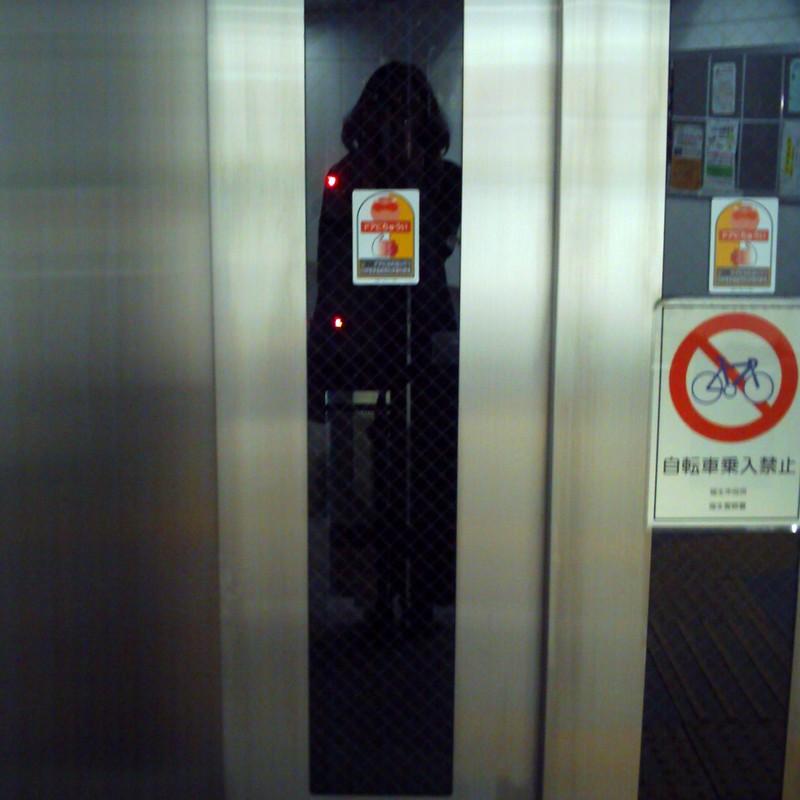 エレベーター待ち