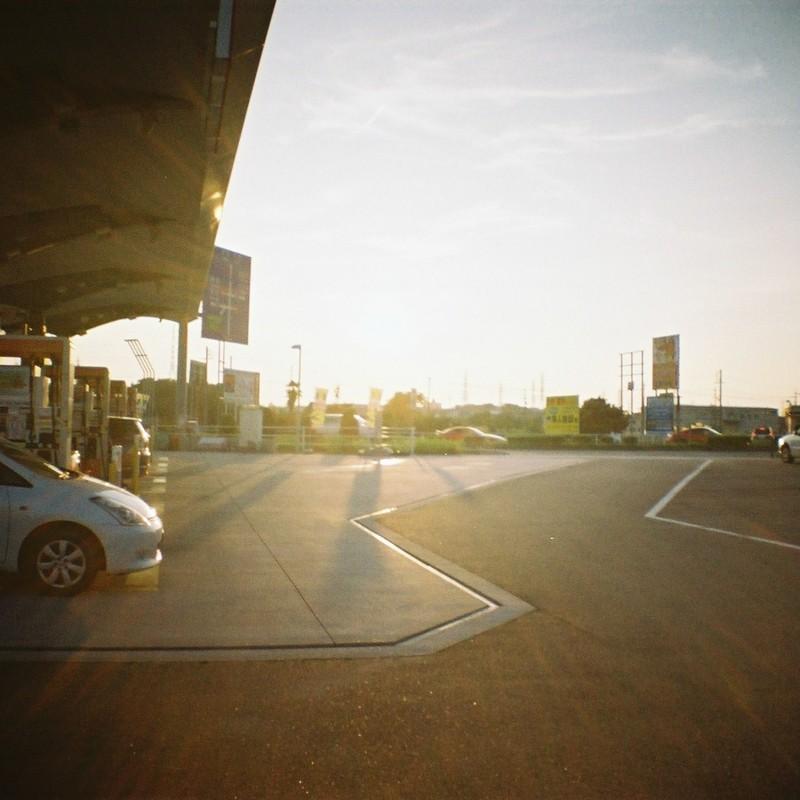 夕方のガソリンスタンド