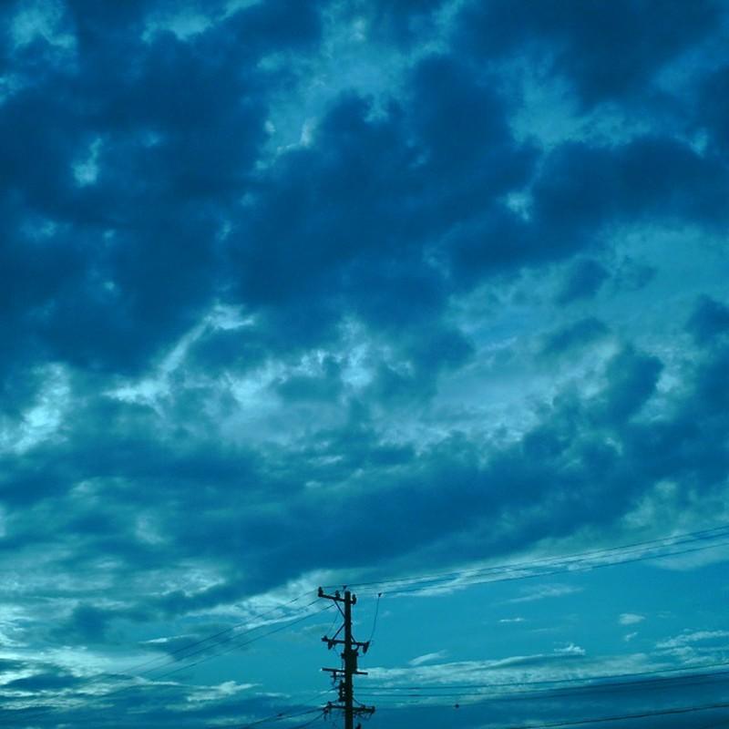 広がる青と佇む電柱
