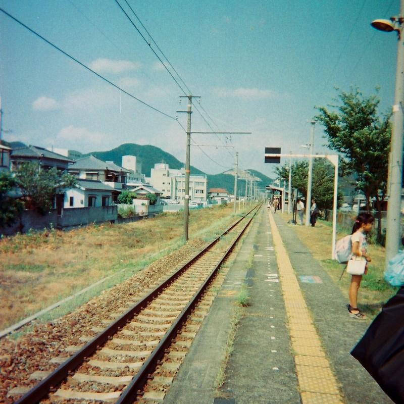 長い線路の向うの都会に帰るの。
