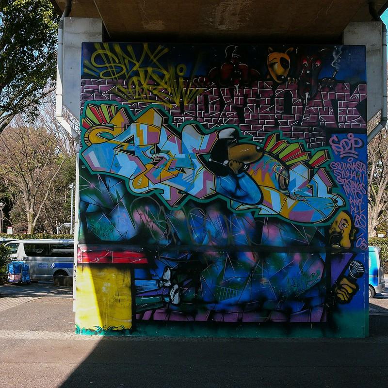 歩道橋下のアート