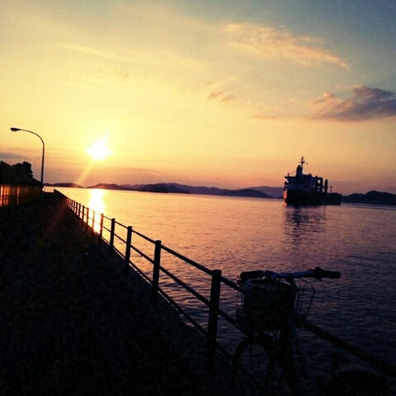 朝日と船と自転車