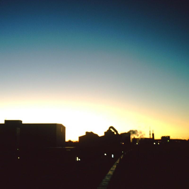 夜明けの工場街