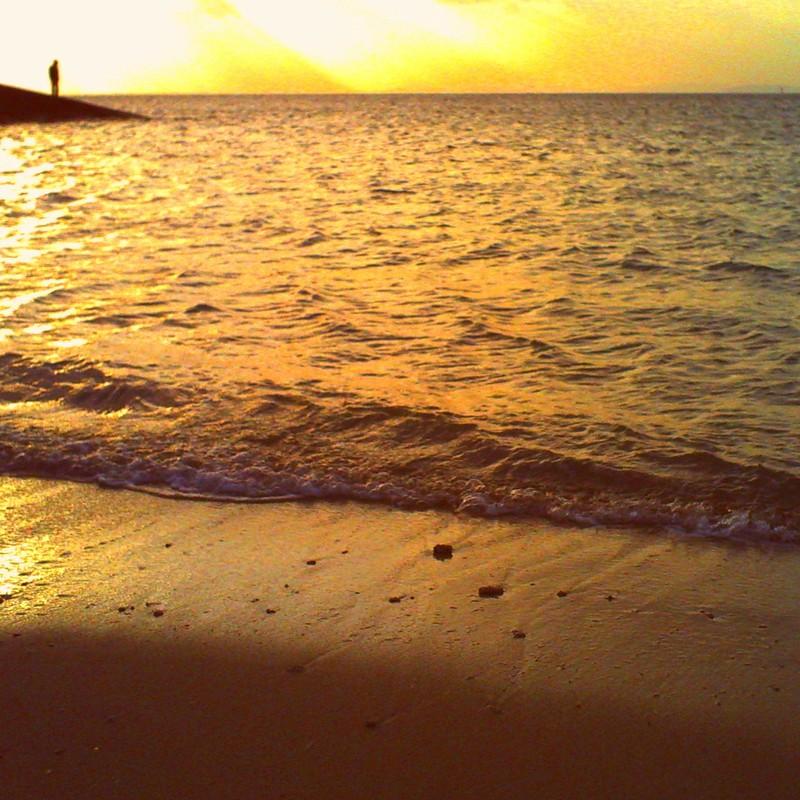 夕陽と海佇んで
