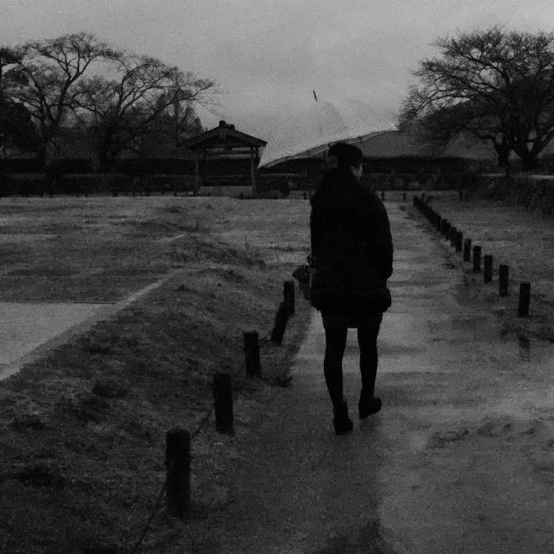 雨の城跡を歩く