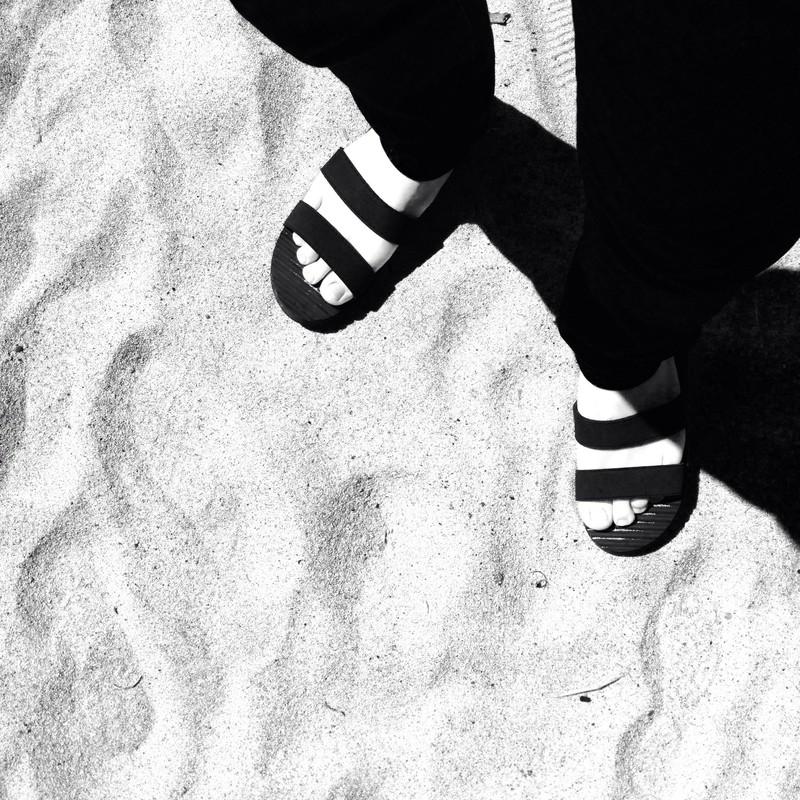 素足にサンダル