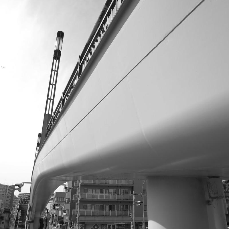 曲面デザインの歩道橋