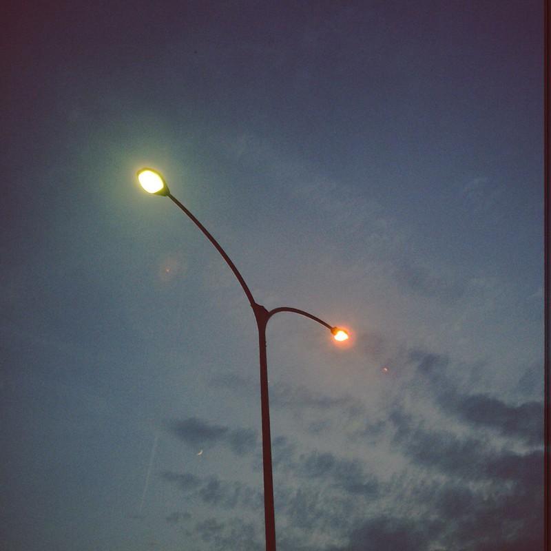 日暮れの空と街灯と