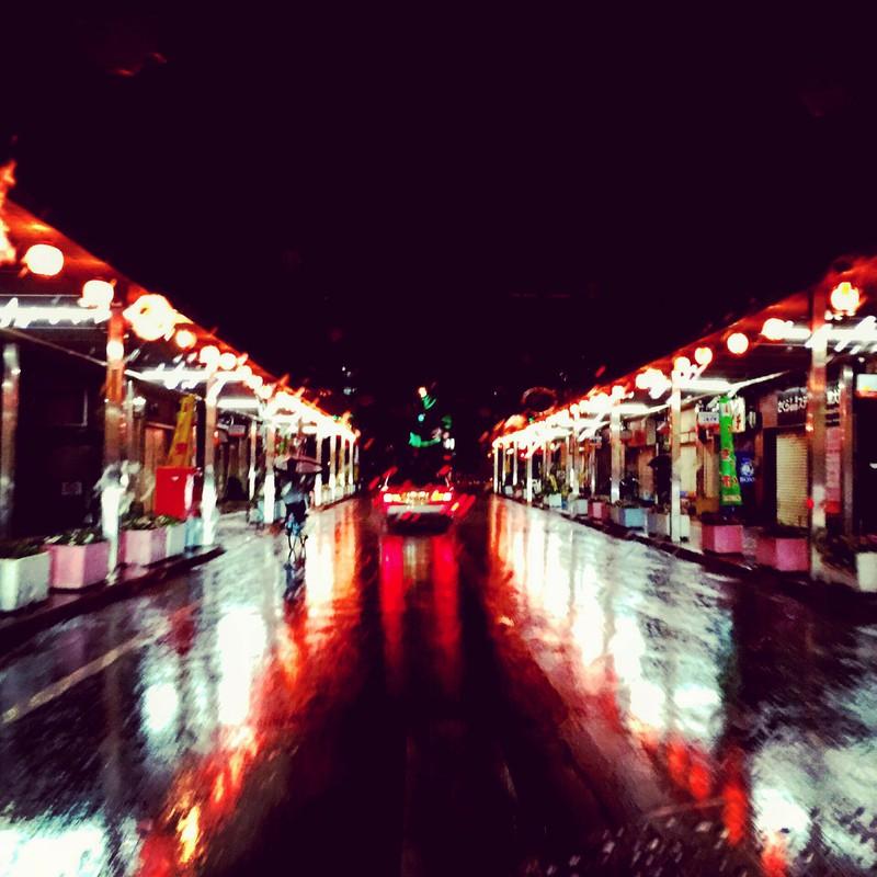 夜雨。道までキラキラ